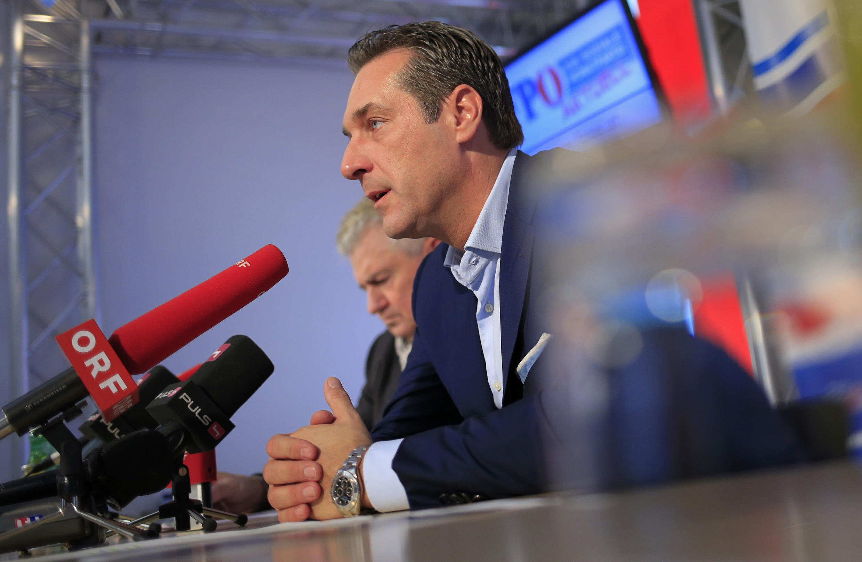Heinz-Christian Strache (d), leader du parti de l'extrême-droite autrichienne FPÖ et le député européen Andreas Mölzer (g) à Vienne, le 18 novembre 2013.