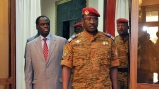 Michel Kafando le président par intérim du Burkina Faso (G) et le lieutenant colonel Isaac Zida (D), au Palais présidentiel, à Ouagadougou, le 19/11/14.