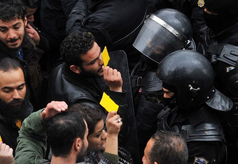 Manifestants et forces de l'ordre, face à face, le 12 janvier à Tunis.