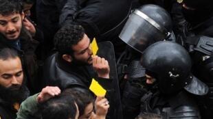 Manifestantes enfrentam a polícia, durante protesto em 12 de janeiro de 2018 em Túnis.