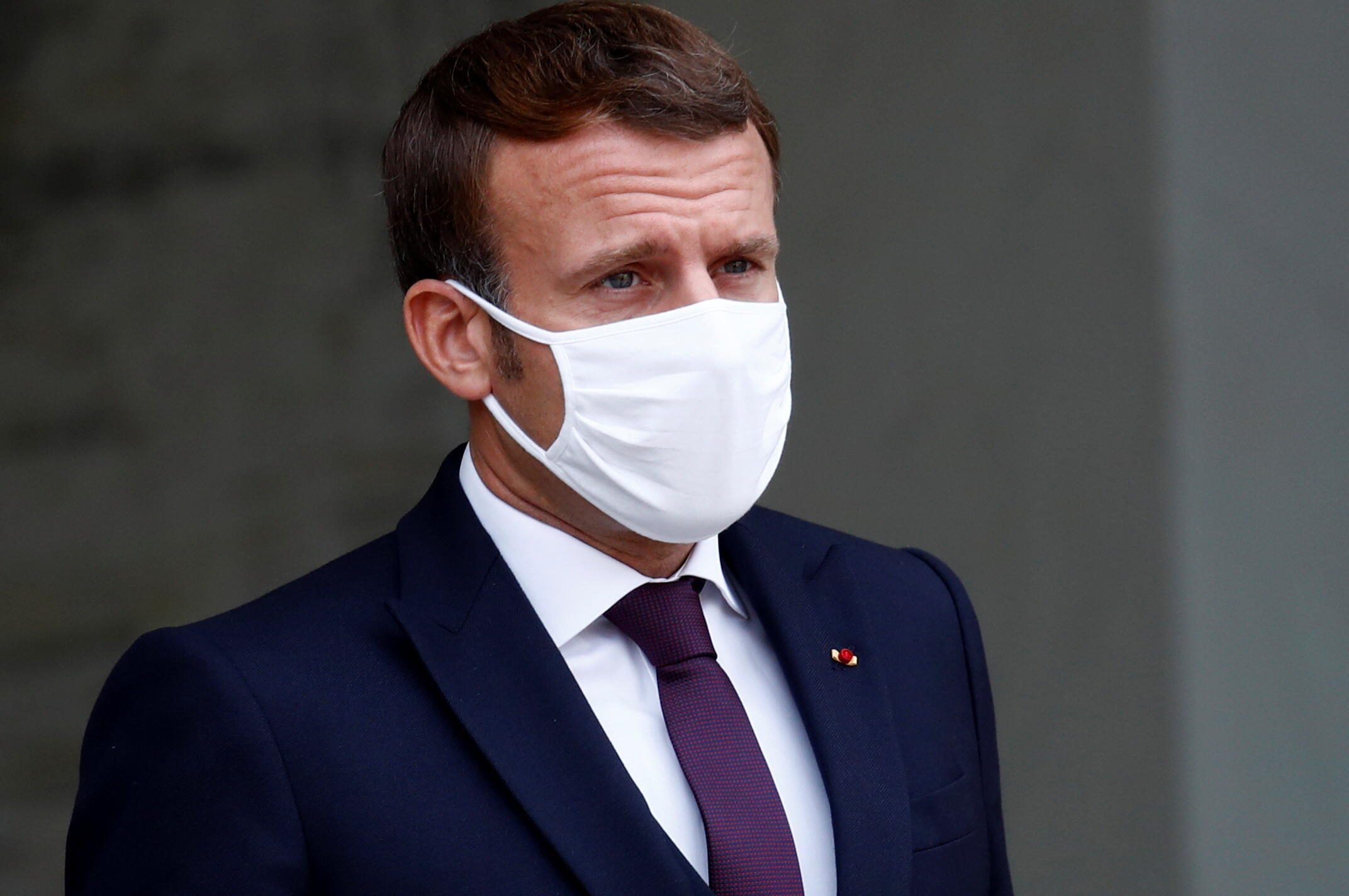 28 октября в 20 часов президент Франции Эмманюэль Макрон выступит по французскому телевидению и объявит о новых ограничительных мерах, связанных с эпидемией COVID-19.