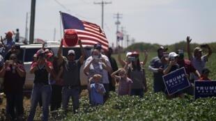 Des supporters de Donald Trump sur le bord d'une route à Midland au Texas en juillet 2020.