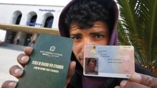 Imigrante tunisiano mostra visto provisório concedido pelas autoridades italianas.