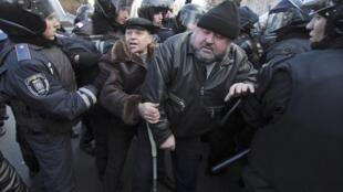 Милиция блокирует чернобыльских ликвидаторов у Дома правительства. Киев 29/11/2011