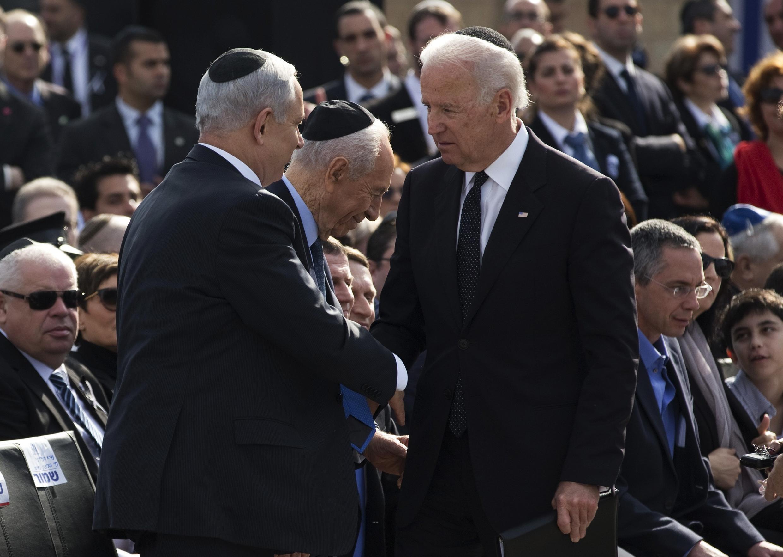 Thủ tướng Israel Benjamin Netanyahu (T) bắt tay Phó Tổng thống Mỹ Joe Biden tại lễ tang cố Thủ tướng Ariel Sharon, ở Quốc hội Knesset, Jerusalem, 13/01/2014