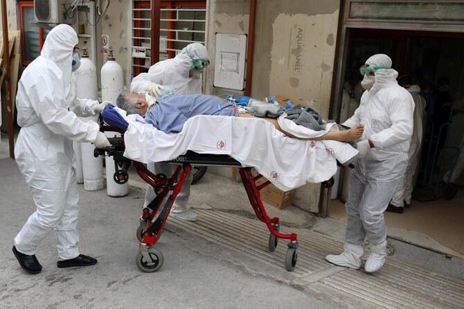 Wasu ma'aikatan lafiya a Iran yayin kula da wani mai dauke ad cutar coronavirus