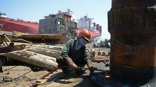 En 2011-2012, 415 navires avaient été démantelés à Alang, un record depuis l'ouverture du site en 1983. Mais ce chiffre n'a depuis cessé de chuter.