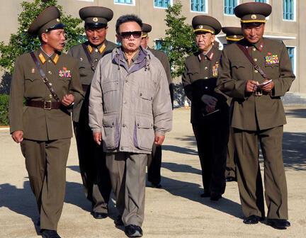 Chủ tịch Bắc Triều Tiên Kim Jong Il đi thăm một đơn vị quân đội ở Bình Nhưỡng ngày 14/06/2009.