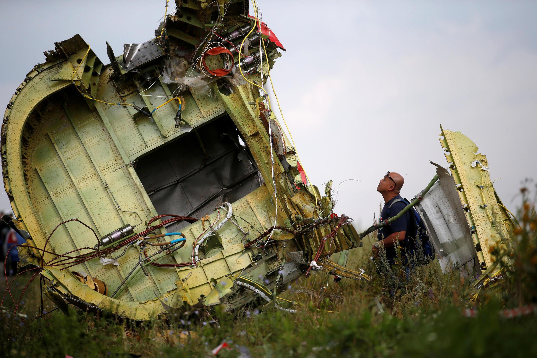 Останки самолета, выполнявшего рейс MH17, на месте крушения в Донецкой области, 22 июля 2014.