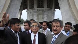 Indian Foreign Minister S.M. Krishna (C) is briefed by officials during his visit to the Minar-e-Pakistan in Lahore, 9 September, 2012