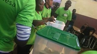 Começo da contagem dos boletins numa mesa de voto da capital são-tomense neste dia 7 de Outubro de 2018