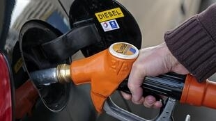 Le litre de diesel est descendu ce 29 décembre 2015 sous le seuil symbolique d'un euro en France.