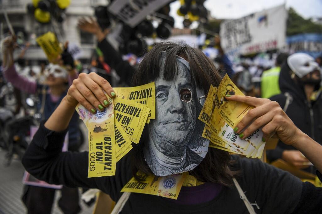 Un Argentin manifeste contre la hausse des prix des services publics et les négociations du gouvernement avec le FMI, à Buenos Aires.