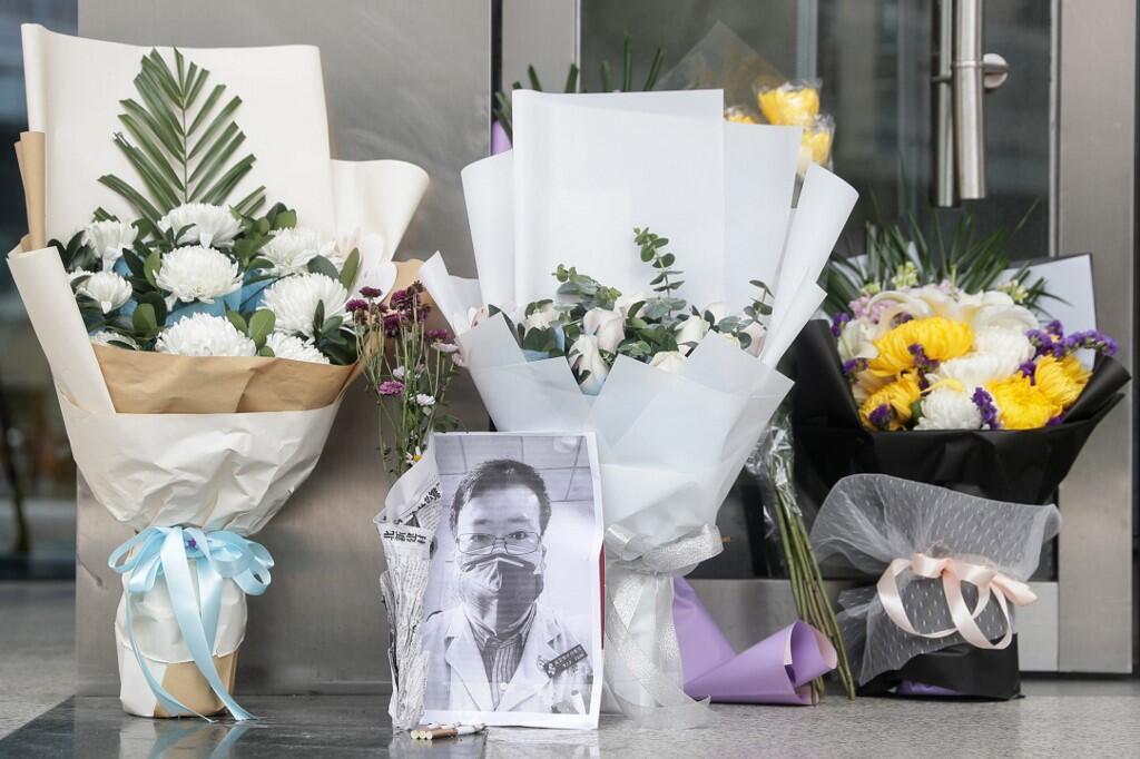 武漢中心醫院門前的花束 向李文亮醫生致哀 攝於 2020年2月7日 Des bouquets de fleurs en hommage à Li Wenliang devant l'Hôpital central de Wuhan, le 7 février 2020.