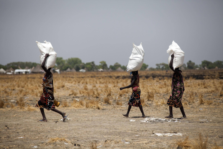 Phụ nữ mang những túi lương thực được phân phối ngày 04/03/2017 tại Ganyiel, Nam Sudan.
