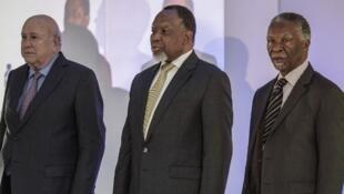 La présence de Frederik De Klerk (à g.), aux côté de Thabo Mbeki et Kgalema Motlanthe a fait polémique en Afrique du Sud.