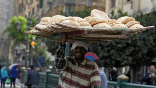 Vendeur de pain au Caire, le 9 mars 2017.