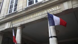 Tổng thống Pháp Macron tự tin có thể ban hành luật kéo dài tình trạng khẩn cấp dịch tễ vào tối 10/05, nhưng đến trưa hôm nay 11/05, Hội Đồng Bảo Hiến vẫn chưa phê chuẩn dự luật.