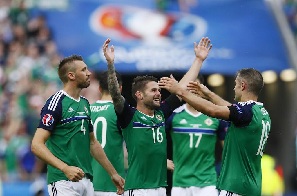 Wachezaji wa timu ya taifa ya Ireland Kaskazini wakipongezana baada ya kupata ushindi dhidi ya Ukraine.