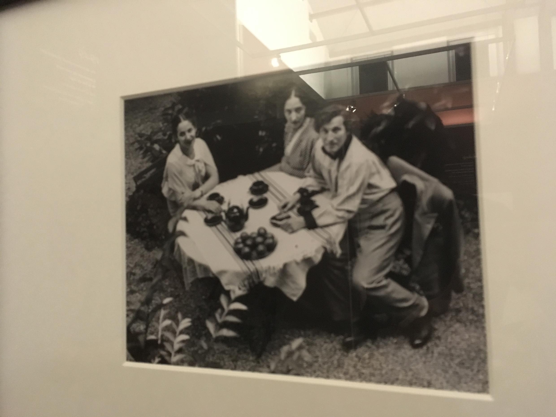 Марк Шагал за столом, фото с выставки