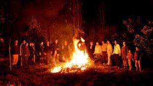جشن چهارشنبه سوری و پریدن از روی آتش