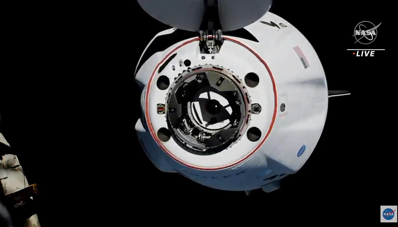 Captura de pantalla de las imágenes transmitidas en directo por la NASA de la cápsula Dragon de SpaceX aproximandose a la ISS.