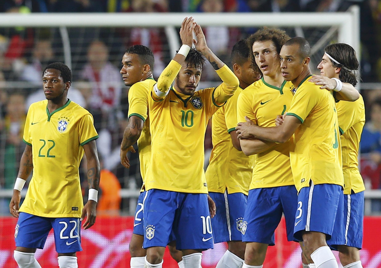 Neymar, uma das estrelas da partida, festeja a vitória de 4 a 0 da seleção brasileira contra a Turquia em Istambul.