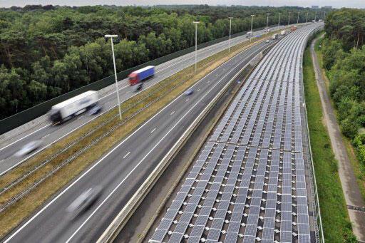 Les 16 000 panneaux solaires installés sur le toit d'un tunnel ferroviaire situé sur la ligne à grande vitesse qui relie Anvers à Amsterdam. Photo le 6 juin 2011.