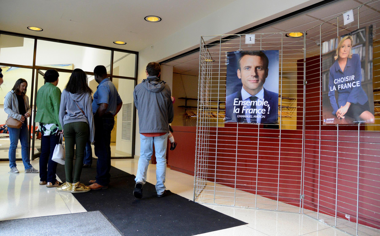 Người Pháp sống tại Mỹ đi bầu tổng thống Pháp ở sứ quán tại Washington, ngày 06/05/2017