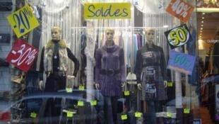 Fazer compras durante os períodos de promoção se tornou um dos critérios para as francesas.