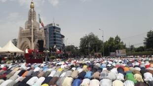 Grande prière collective avant le début du rassemblement à Bamako, Mali, le 5 juin 2020.