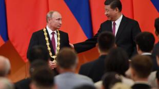 Перед началом переговоров между лидерами России и КНР военный оркестр исполнил «Катюшу»