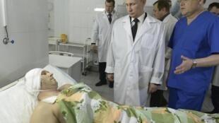 Владимир Путин во время посещения пострадавших при взрывах в больнице Волгограда 01/01/2014