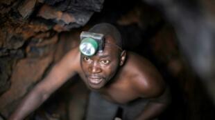 Mineur dans une mine d'or artisanale au Sahel