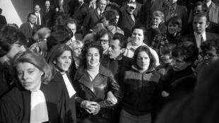 Maîtres Monique Antoine et Gisèle Halimi (2-G), avocates de Mme Chevalier (2e G) et de Marie-Claire Chevalier (D), 17 ans, et le premier secrétaire du PSU Michel Rocard (C) quittent le tribunal de Bobigny, le 22 novembre 1972.