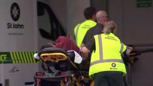 Une blessée arrive sur un brancard aux urgences de l'hôpital de Christchurch après une fusillade, le 15 mars 2019.
