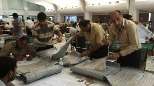 Employés de la Commission électorale irakienne recomptant les votes à Bagdad le 14 mai 2010