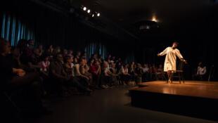 Victorine Sawadogo de l'École Nomade Kandima de Ouagadougou dans « Façons d'aimer », pièce écrite par Aristide Tarnagda. Mise en scène :Odile Sankara. Collaboration artistique : Safourata Kaboré. Festival international des écoles de théâtre et de cirque.