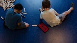 Crianças brincam em uma escola de Vaulx-En-Velin, perto de Lyon (27/6/19).