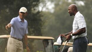 Tổng thống Mỹ Barack Obama (T) và cựu cầu thủ bóng rổ Alonzo Mourning, trong chuyến công du tới Florida, ngày 09/11/2013