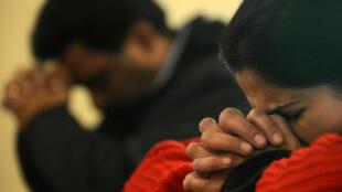Des Indiens de confession catholique en train de prier.