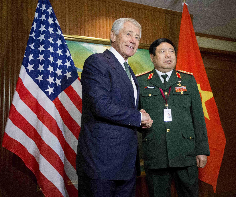 Bộ trưởng Quốc phòng Việt Nam Phùng Quang Thanh và người đồng nhiệm Mỹ Chuck Hagel tại Diễn đàn An ninh khu vực ở Shangri-la, Singapore ngày 31/05/2014.