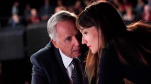 نمایی از فیلم «آلیس و شهردار» با بازی فابریس لوچینی (سمت چپ) در نقش شهردار لیون