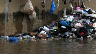 Des ordures entassées sur les bords de la rivière Beyrouth au Liban, transformé en dépotoir temporaire, le 28 octobre 2015.