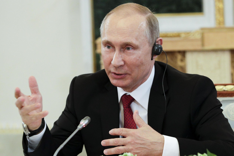 普京于圣彼得堡国际经济论坛近照