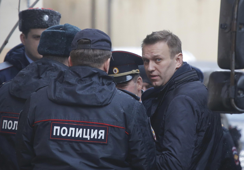 Алексей Навальный возле здания суда в Москве 27 марта 2017 года