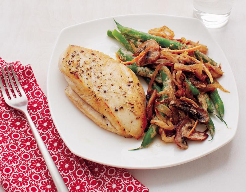 Pechuga asada con vegetales, un plato típico de una dieta baja en carbohidratos.