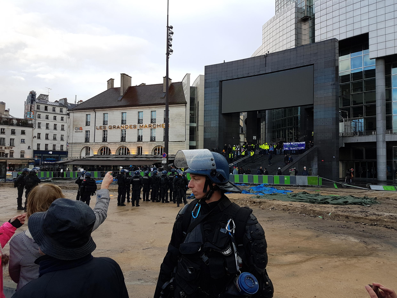 «Желтым жилетам», которые забрались на ступеньки оперы Бастилии, не удалось спровоцировать толпу сторонников Макрона