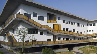 王澍通过建成的象山校园体现了一种园林与校园建筑的融合。