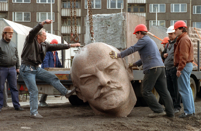 Estátua de Lenine, derrubada em novembro de 1991 em Berlim este.